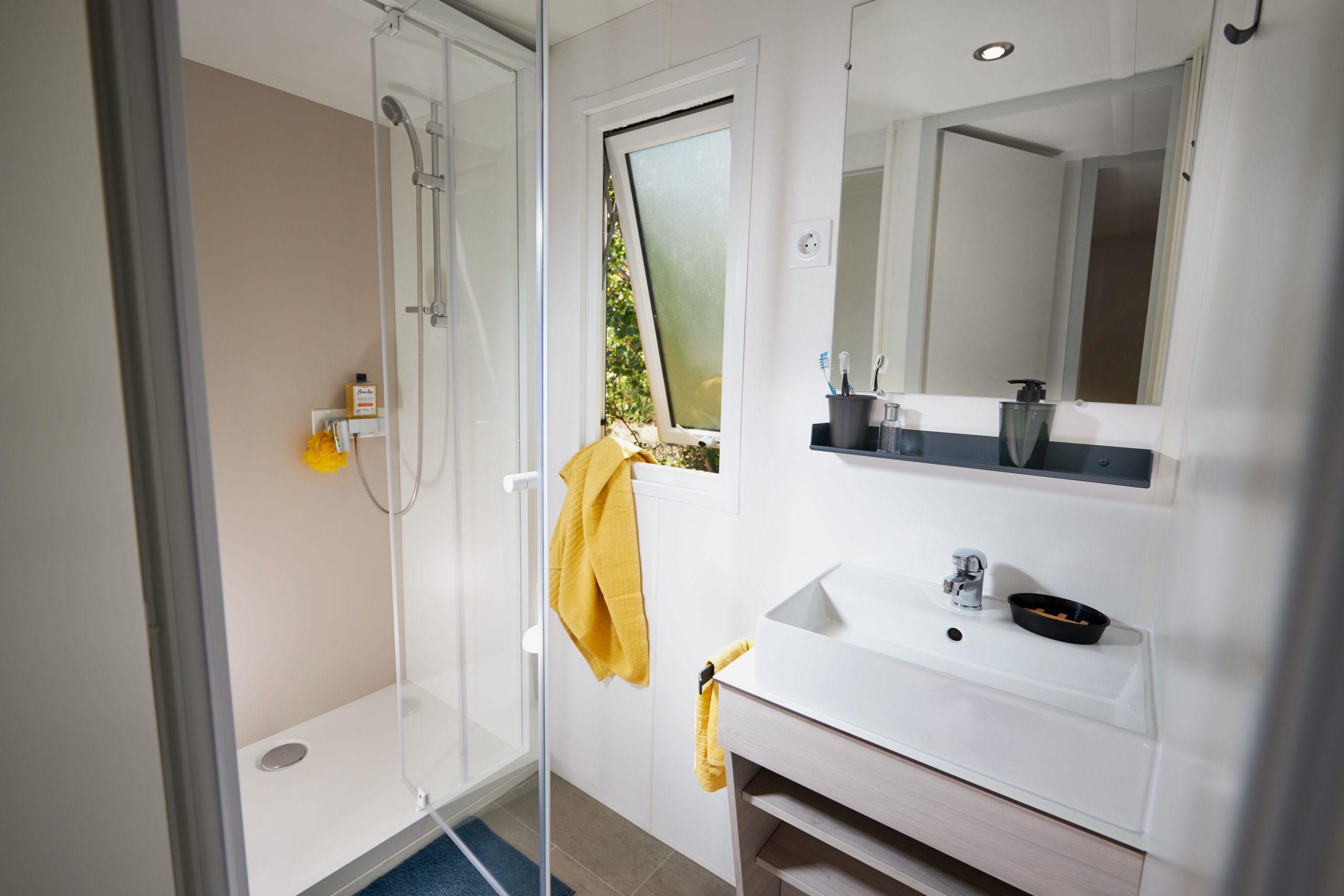 Camping-monte-ortu-nouvelle maison mobile vue mer-salle de bains